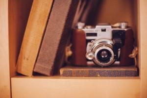Bild på kamera och böcker. Fotocred: Pixabay