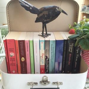 Olästa böcker i en miniatyrväska